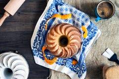 Μαρμάρινο κέικ στο ξύλινο υπόβαθρο Στοκ Εικόνες