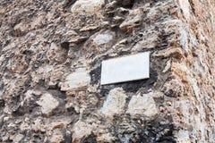 Μαρμάρινο πιάτο στον υπαίθριο τοίχο πετρών στη Σικελία Στοκ Εικόνες