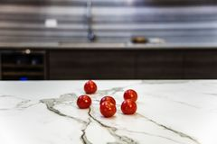 Μαρμάρινο countertop κουζινών με τις ντομάτες επάνω Αντίθετη έννοια Στοκ Φωτογραφίες