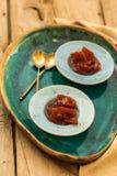 Μαρμελάδα κυδωνιών στα μικρά κεραμικά πιάτα στοκ εικόνες με δικαίωμα ελεύθερης χρήσης