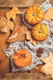 Μαρμελάδα μαρμελάδας κολοκύθας φθινοπώρου πτώσης με τα καρυκεύματα, που τονίζονται στοκ φωτογραφία