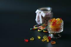 Μαρμελάδα σε ένα βάζο στον πίνακα Γλυκά σε ένα κύπελλο σε ένα μαύρο BA στοκ φωτογραφία με δικαίωμα ελεύθερης χρήσης