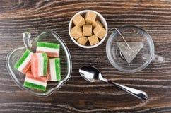 Μαρμελάδα στο κύπελλο, teabag στο φλυτζάνι, ζάχαρη στο κύπελλο, κουταλάκι του γλυκού στοκ φωτογραφίες