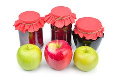 Μαρμελάδα της Apple σε ένα βάζο γυαλιού, φρέσκα κόκκινα και πράσινα μήλα που απομονώνονται επάνω Στοκ Εικόνα