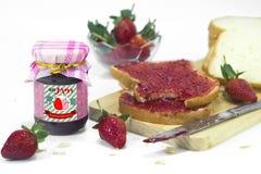Μαρμελάδα & ψωμί φραουλών στο πρόγευμα με το άσπρο υπόβαθρο 2 στοκ εικόνα με δικαίωμα ελεύθερης χρήσης