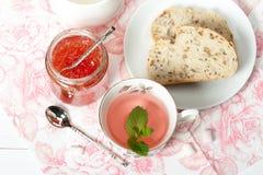 Μαρμελάδα καρπουζιών, βοτανικό τσάι, Marshmallows Άσπρος ξύλινος πίνακας Στοκ Εικόνα