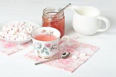 Μαρμελάδα καρπουζιών, βοτανικό τσάι, Marshmallows Άσπρος ξύλινος πίνακας Στοκ Φωτογραφία
