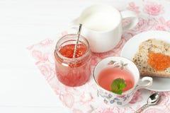Μαρμελάδα καρπουζιών, βοτανικό τσάι, Marshmallows Άσπρος ξύλινος πίνακας Στοκ φωτογραφία με δικαίωμα ελεύθερης χρήσης