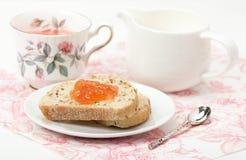Μαρμελάδα καρπουζιών, βοτανικό τσάι, Marshmallows Άσπρος ξύλινος πίνακας Στοκ φωτογραφίες με δικαίωμα ελεύθερης χρήσης