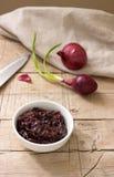 Μαρμελάδα κρεμμυδιών, κόκκινα κρεμμύδι και μαχαίρι Στοκ Εικόνες