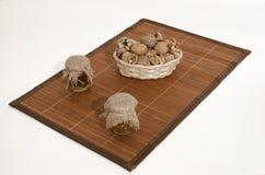 Μαρμελάδα ξύλων καρυδιάς και καρυδιών στο ξύλο Στοκ φωτογραφίες με δικαίωμα ελεύθερης χρήσης