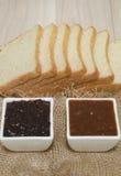 Μαρμελάδα στα άσπρα φλυτζάνια και το ψωμί Στοκ φωτογραφία με δικαίωμα ελεύθερης χρήσης