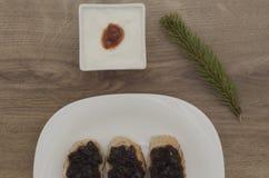 Μαρμελάδα στις φέτες των φύλλων ψωμιού και γιαουρτιού και καρφιτσών Στοκ Φωτογραφία