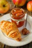Μαρμελάδα της Apple και croissant Στοκ Εικόνες