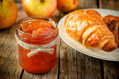 Μαρμελάδα της Apple και croissants Στοκ Εικόνα