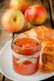 Μαρμελάδα της Apple και croissants Στοκ εικόνα με δικαίωμα ελεύθερης χρήσης