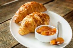 Μαρμελάδα της Apple και croissants Στοκ εικόνες με δικαίωμα ελεύθερης χρήσης