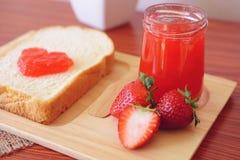 Μαρμελάδα φραουλών με το ψωμί Στοκ Εικόνα