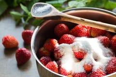 Μαρμελάδα φραουλών που μαγειρεύει encore της ζάχαρης Στοκ Εικόνες