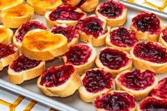 Μαρμελάδα φρούτων στο τεμαχισμένο ψωμί Στοκ φωτογραφίες με δικαίωμα ελεύθερης χρήσης