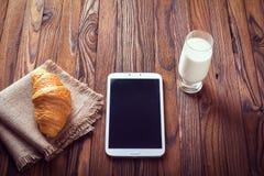 Μαρμελάδα Croissant, γάλακτος και κερασιών αυγό φλυτζανιών έννοιας καφέ προγευμάτων που τηγανίζεται Στοκ Εικόνες
