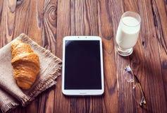 Μαρμελάδα Croissant, γάλακτος και κερασιών αυγό φλυτζανιών έννοιας καφέ προγευμάτων που τηγανίζεται Στοκ φωτογραφία με δικαίωμα ελεύθερης χρήσης