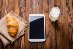 Μαρμελάδα Croissant, γάλακτος και κερασιών Στοκ Φωτογραφίες
