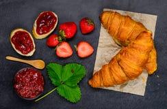 Μαρμελάδα Croissant, ψωμιού και φραουλών Στοκ Φωτογραφία