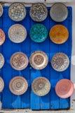 Μαροκινά πιάτα που επιδεικνύονται σε μια μπλε πόρτα Στοκ Εικόνα