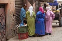 Μαροκινές γυναίκες σε ένα foodstall Στοκ Εικόνες
