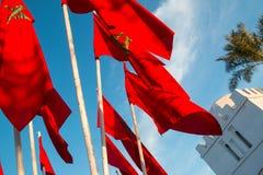 Μαροκινές σημαίες στο Μαρακές σε ένα υπόβαθρο του μπλε ουρανού Στοκ Εικόνες