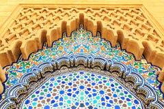 Μαροκινή αψίδα ύφους με τα λεπτά ζωηρόχρωμα κεραμίδια μωσαϊκών στο Moham Στοκ Εικόνα