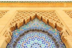 Μαροκινή αψίδα ύφους με τα λεπτά ζωηρόχρωμα κεραμίδια μωσαϊκών στο Moham Στοκ Εικόνες