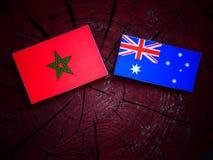 Μαροκινή σημαία με την αυστραλιανή σημαία σε ένα κολόβωμα δέντρων που απομονώνεται Στοκ Φωτογραφίες