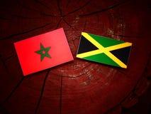 Μαροκινή σημαία με την τζαμαϊκανή σημαία σε ένα κολόβωμα δέντρων Στοκ φωτογραφίες με δικαίωμα ελεύθερης χρήσης