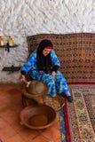 Μαροκινοί αλέθοντας argan γυναικών πυρήνες, argan κατασκευή πετρελαίου Στοκ Εικόνες
