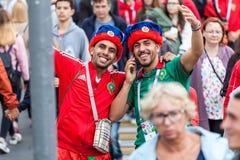 Μαροκινοί οπαδοί ποδοσφαίρου πριν από την αντιστοιχία με την Ισπανία Στοκ εικόνα με δικαίωμα ελεύθερης χρήσης