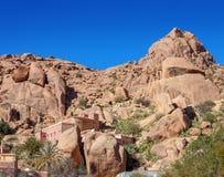 Μαροκινό χωριό μεταξύ των βράχων, κοντά σε Tafraout στο κεντρικό μέρος των βουνών αντι-ατλάντων, επαρχία Tiznit, souss-Massa σχετ Στοκ Εικόνες