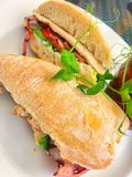 Μαρούλι μπέϊκον κοτόπουλου και σάντουιτς ντοματών στο ψωμί ciabatta με τα χρυσά τσιπ στοκ εικόνες