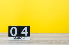 4 Μαρτίου Ημέρα 4 του μήνα, ημερολόγιο στον πίνακα με το κίτρινο υπόβαθρο Χρόνος άνοιξη, κενό διάστημα για το κείμενο Στοκ Εικόνες