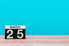 25 Μαρτίου Ημέρα 25 του μήνα, ημερολόγιο στον πίνακα με το τυρκουάζ υπόβαθρο Χρόνος άνοιξη, κενό διάστημα για το κείμενο Στοκ Εικόνες