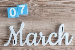 7 Μαρτίου Ημέρα 7 του μήνα Μαρτίου, καθημερινό ημερολόγιο στο ξύλινο επιτραπέζιο υπόβαθρο με το χαρασμένο κείμενο Ο χρόνος άνοιξη Στοκ φωτογραφίες με δικαίωμα ελεύθερης χρήσης