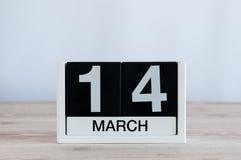 14 Μαρτίου Ημέρα 14 του μήνα, καθημερινό ημερολόγιο στο ξύλινο επιτραπέζιο υπόβαθρο Ο χρόνος άνοιξη… αυξήθηκε φύλλα, φυσική ανασκ Στοκ Φωτογραφίες