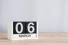 6 Μαρτίου Ημέρα 6 του μήνα, ξύλινο ημερολόγιο στο ελαφρύ υπόβαθρο Χρόνος άνοιξη, κενό διάστημα για το κείμενο Στοκ Εικόνες