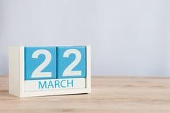 22 Μαρτίου Ημέρα 22 του μήνα, ξύλινο ημερολόγιο χρώματος στο επιτραπέζιο υπόβαθρο Χρόνος άνοιξη, κενό διάστημα για το κείμενο Στοκ Εικόνα