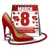 8 Μαρτίου κάρτα Ημερολόγιο με την ημερομηνία της 8ης Μαρτίου, παπούτσια των γυναικών, κόκκινες χάντρες Στοκ Εικόνα