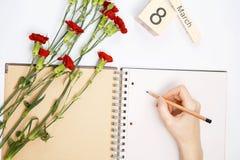 8 Μαρτίου κάρτα - τριαντάφυλλα ροδάκινων πέρα από το ημερολόγιο με την πλαισιωμένη ημερομηνία στις 8 Μαρτίου Στοκ Φωτογραφίες