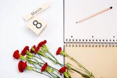 8 Μαρτίου κάρτα - τριαντάφυλλα ροδάκινων πέρα από το ημερολόγιο με την πλαισιωμένη ημερομηνία στις 8 Μαρτίου Στοκ φωτογραφία με δικαίωμα ελεύθερης χρήσης