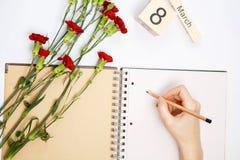 8 Μαρτίου κάρτα - τριαντάφυλλα ροδάκινων πέρα από το ημερολόγιο με την πλαισιωμένη ημερομηνία στις 8 Μαρτίου Στοκ Εικόνα