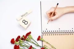 8 Μαρτίου κάρτα - τριαντάφυλλα ροδάκινων πέρα από το ημερολόγιο με την πλαισιωμένη ημερομηνία στις 8 Μαρτίου Στοκ Εικόνες